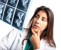 Het onderzoeken van een mammogram Royalty-vrije Stock Foto's