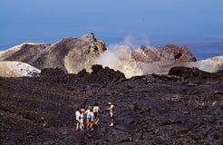 Het onderzoeken van een vulkaan Stock Fotografie