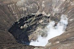 Het onderzoeken van grote krater van actieve Bromo-Vulkaan in Indonesië Royalty-vrije Stock Afbeelding