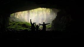 Het onderzoeken van ingang van Coiba Mare Cave in Apuseni-Bergen royalty-vrije stock foto