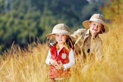 Het onderzoeken van jonge geitjes Stock Foto's