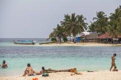 Het onderzoeken van klein Caraïbisch Eiland, San Blas Islands royalty-vrije stock afbeelding