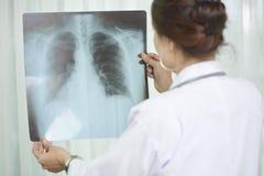 Het onderzoeken van longenröntgenstraal stock afbeelding