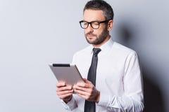 Het onderzoeken van nieuwe tablet Stock Afbeeldingen