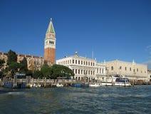 Het onderzoeken van Venetië door de Waterbus op een perfecte Zonnige dag Stock Foto
