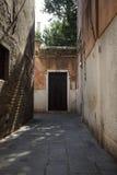 Het onderzoeken van Venetië door kleine straten en stegen in de zomer stock foto