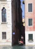 Het onderzoeken van Venetië door kanaal Stock Foto's