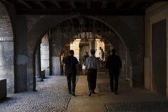 Het onderzoeken van Verona door kleine straten en stegen in de zomer royalty-vrije stock foto's
