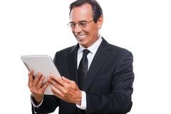 Het onderzoeken van zijn gloednieuwe tablet Royalty-vrije Stock Afbeelding