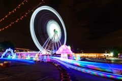 Het onduidelijke beeld roteert zich het bewegen van Reuzenrad met verlichting royalty-vrije stock afbeelding