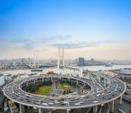 Het onduidelijke beeld van de auto'smotie op de brug Stock Foto's