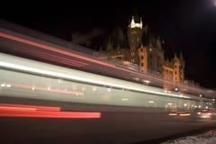 Het Onduidelijke beeld van de bus bij Nacht Stock Foto