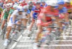 Het onduidelijke beeld van de motie een groep fietsers Royalty-vrije Stock Afbeelding