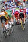 Het onduidelijke beeld van de motie een groep fietsers Stock Foto
