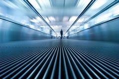 Het onduidelijke beeld van de motie van het bewegen van roltrap in luchthaven Stock Afbeeldingen