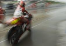 Het onduidelijke beeld van de motie van motorraceauto. Stock Fotografie
