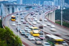 Het onduidelijke beeld van de voertuigenmotie op de brug Stock Afbeelding