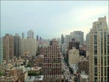 Het Onduidelijke beeld van het Flatgebouw met koopflatstorens van Manhattan Stock Foto