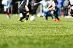 Het onduidelijke beeld van het jonge geitjesvoetbal Stock Afbeeldingen
