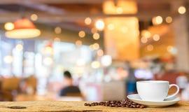het onduidelijke beeldachtergrond van de koffiewinkel met bokehbeeld Stock Afbeeldingen