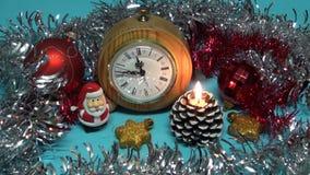 Het onduidelijke beeldachtergrond van het Kerstmisnieuwjaar met kaars, speelgoed en klok stock footage