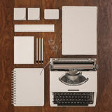 Het onechte omhoog 3d model van het lege malplaatje van het kantoorbehoeftenontwerp plaatste met schrijfmachine houten achtergron royalty-vrije stock foto