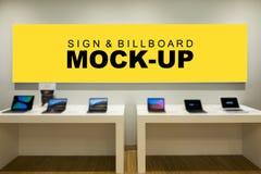 Het onechte omhoog grote lege gele scherm voor reclame op teller royalty-vrije stock fotografie