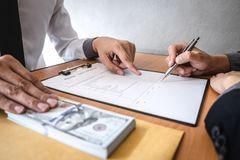 Het oneerlijke bedriegen in bedrijfs onwettig geld, Zakenman die steekpenningsgeld in envelop geven aan bedrijfsmensen om succes  stock afbeeldingen