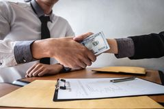 Het oneerlijke bedriegen in bedrijfs onwettig geld, Zakenmanhanddruk met geld van dollar de bankbiljetten in handen van terwijl g stock foto's