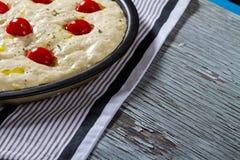 Het ongekookte Brood van Pizzafocaccia Royalty-vrije Stock Fotografie