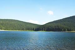 Het ongelooflijke landschap van het bergmeer met duidelijke hemel, kalm water en spiegelende bezinning Beste plaats om eenheid me stock foto's