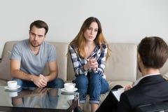 Het ongelukkige echtpaar adviseren, vrouw die aan psycholoog spreken stock afbeelding