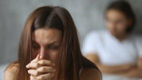 Het ongerust gemaakte vrouwengevoel beledigde verstoord na ruzie, man bij achtergrond stock footage