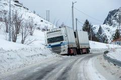 Het ongeval van de aanhangwagenvrachtwagen glad op sneeuwbestrating stock foto's