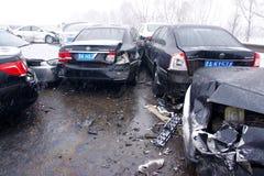 Het ongeval van de auto in de sneeuw Stock Afbeeldingen
