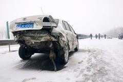 Het ongeval van de auto in de sneeuw Stock Foto's
