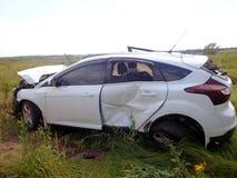 Het ongeval van de auto Gebroken autoverblijf op gebied Stock Foto