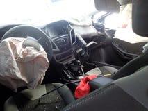 Het ongeval van de auto Gebroken auto binnen Neerstortingswindscherm Royalty-vrije Stock Foto