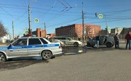 Het ongeval van de autoneerstorting bij de kruispunten van de stad royalty-vrije stock afbeelding