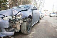Het ongeval van de autoneerstorting op straat, beschadigde auto's na botsing in stad Royalty-vrije Stock Foto's