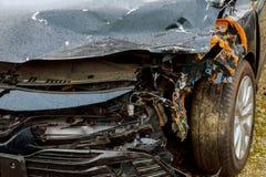 Het ongeval van de autoneerstorting op straat, beschadigde auto's na botsing in stad Royalty-vrije Stock Afbeelding