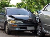 Het ongeval van de autoneerstorting op straat met wrak en beschadigde auto's Ongeval door achteloosheid en gebrek aan capaciteit  royalty-vrije stock foto's