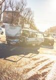 Het ongeval van de autoneerstorting op straat van Voronezh, beschadigde auto's na botsing Stock Afbeeldingen