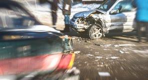 Het ongeval van de autoneerstorting op straat van Voronezh, beschadigde auto's na botsing Stock Foto