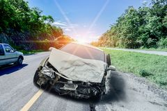 Het ongeval van de autoneerstorting op de weg stock fotografie