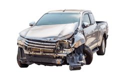 Het ongeval van de autoneerstorting op wit wordt geïsoleerd dat stock foto