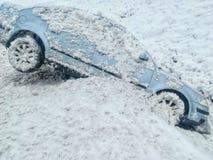 Het ongeval van de sneeuwauto in de sloot is uitgegleden die royalty-vrije stock foto's