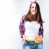 Het ongezonde concept van de voedsel vette vrouw, Hongerig meisjesxxl slecht voedsel, Wijze Royalty-vrije Stock Afbeelding