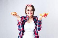 Het ongezonde concept van de voedsel vette vrouw, meisje XXL tussen gezond en B Royalty-vrije Stock Afbeelding
