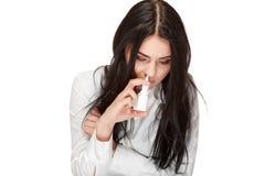 Het ongezonde donkerbruine meisje verdrinkt nevel voor neus antivirus stock afbeelding